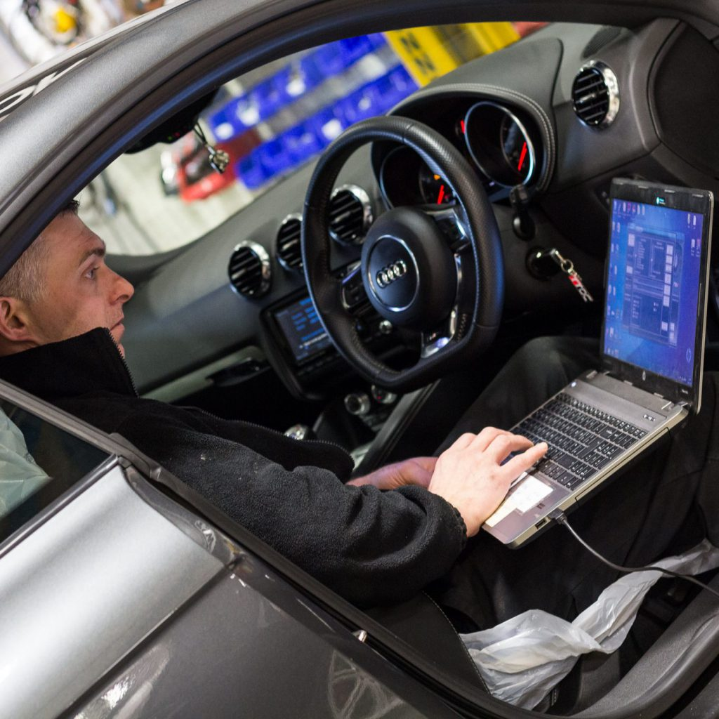 mechanic remapping the ecu of an audi