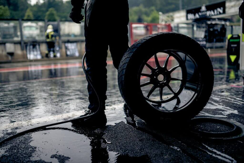 mechanic in the pit lane waiting to perform a tyre change
